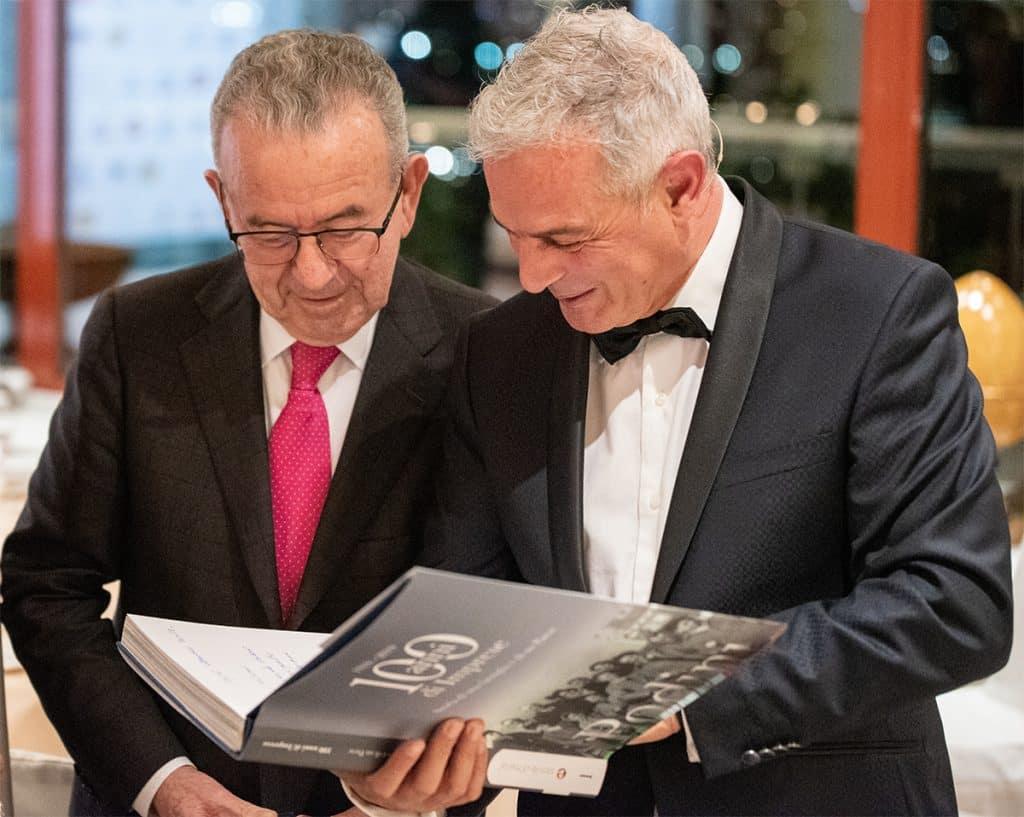 Patrizio Podini autografa il volume di 100 Md a Piero Muscari
