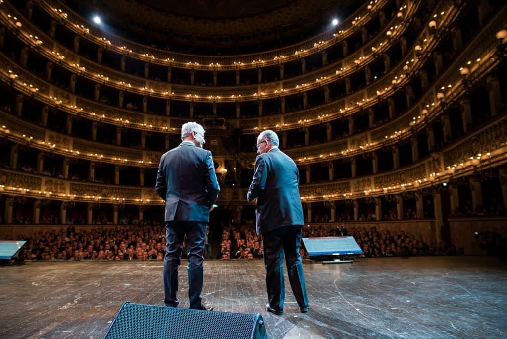 Piero Muscari sul palco con a fianco il Cav. Patrizio Podini.