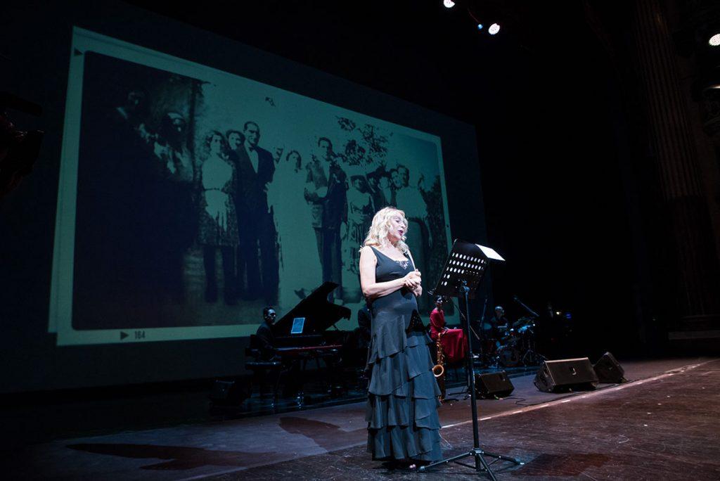 Emanuela Rossi durante il monologo al Teatro San Carlo